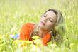 canvas print picture - Glückliche Frau entspannt in Sommerwiese