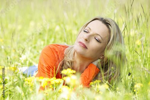 canvas print picture Glückliche Frau entspannt in Sommerwiese