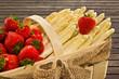 weißer Spargel mit Erdbeeren im Körbchen