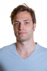 Portraitfoto junger Mann im hellblauen Shirt