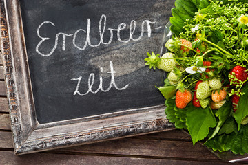 Erdbeerstrauß mit Schild, Erdbeerzeit - Bouquet of strawberries
