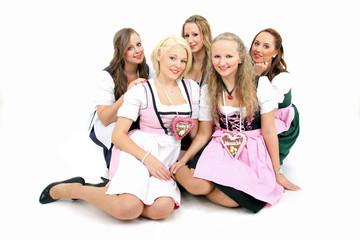 5 junge Damen im Dirndl