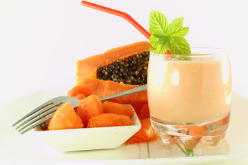 papaya milkshake and chopped papaya