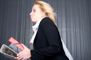 Geschäftsfrau trägt Ordner