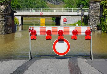 Straße gesperrt wegen Hochwasser