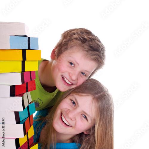 Teenager mit Bücherstapel