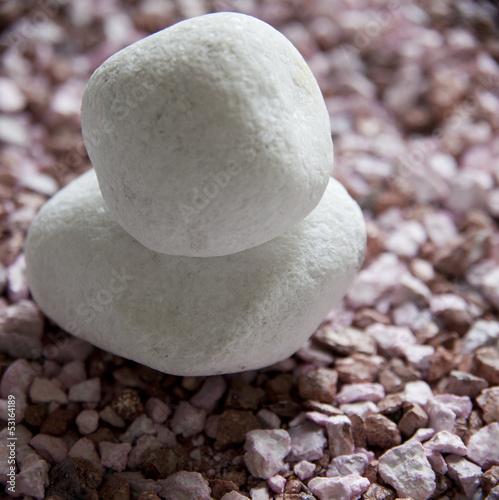 pierres blanches sur gravier rose