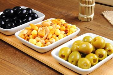 Aperitivo con surtido de aceitunas y frutos secos