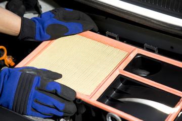 Fahrzeug Luftfilter wird ausgetauscht mit zwei Händen