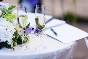 weddimg glasses with champagne or vine