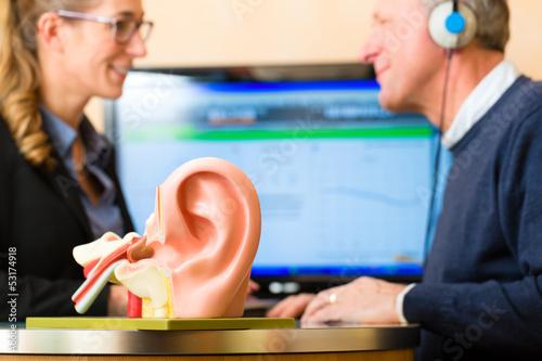 Schwerhöriger Mann macht einen Hörtest