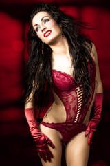 Bella mujer con lencería roja