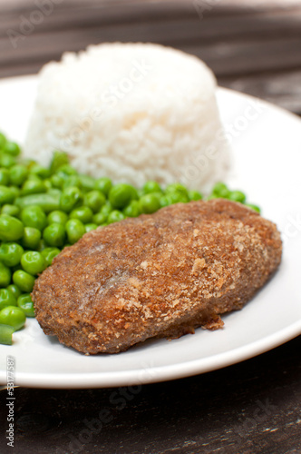 Breaded cutlet with rice and green salad