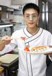 повар японец готовит еду