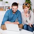 glückliches paar kauft im internet