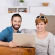 glückliches junges paar bucht reise im internet