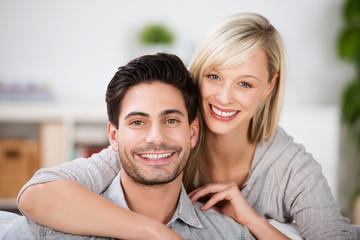glückliches junges paar in der wohnung