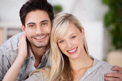 lächelndes junges paar zu hause