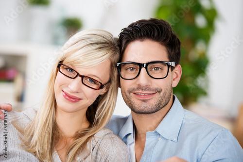mann und frau mit brillen