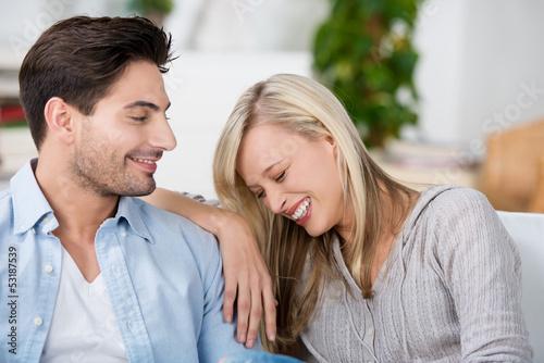 junges paar hat spaß zusammen