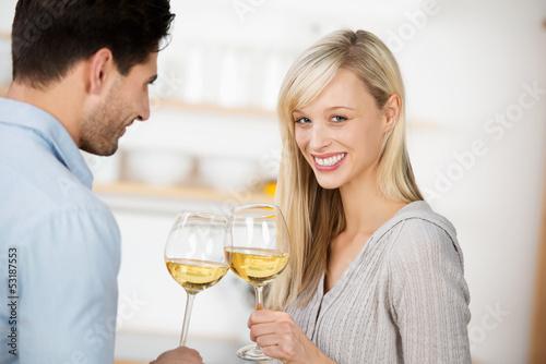 paar genießt ein glas wein zusammen
