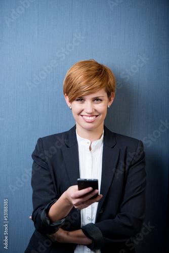 moderne junge frau schreibt sms
