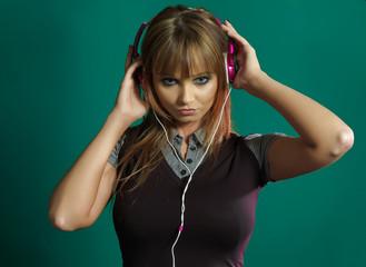 Junge Frau hört Musik 01