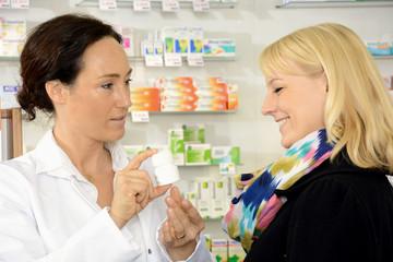 Apothekerin berät Kundin zu Medikament