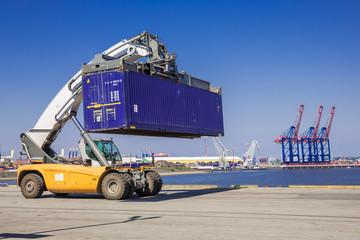Containertransport am Hafen