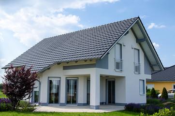 Einfamilienhaus grau weiss