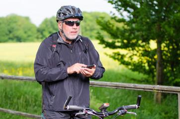 fahrradfahrer navigiert mit handy
