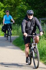 2 leute bei fahrradtour