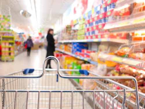 Papiers peints Au marche Woman at the supermarket with trolley
