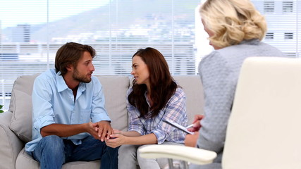 Couple reconciling thanks to their therapist