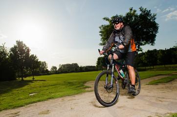 mann auf mountainbike
