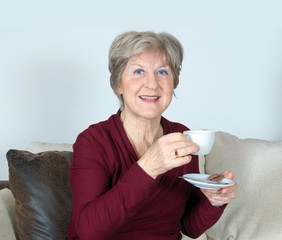 Seniorin mit Tasse Kaffee