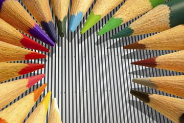 crayons de couleurs sur tôle galvanisée