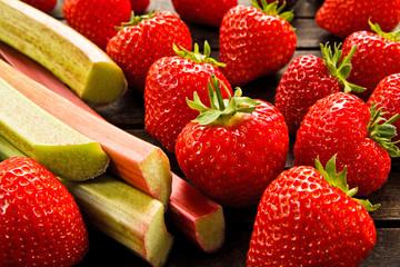 frische Erdbeeren, frischer Rhabarber