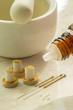 Homöopathische Globuli und Akupunkturnadeln