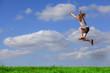 Fröhliches Mädchen springt hoch