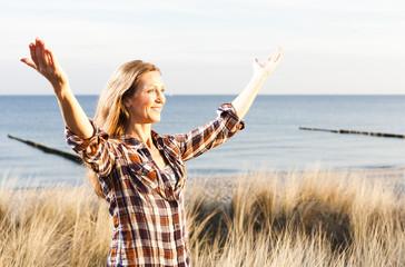 Frau beim entspannen am Meer