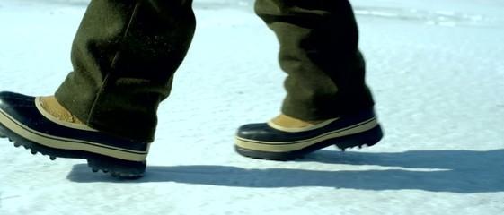 ребёнок идёт по снегу