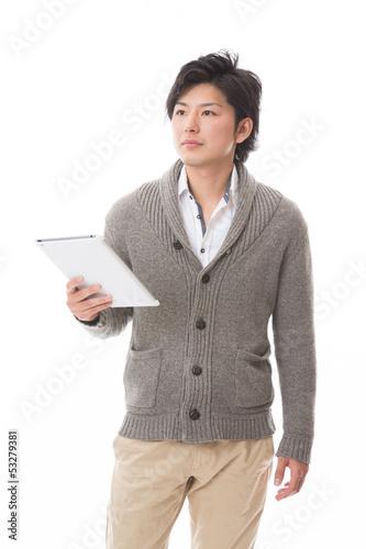 タブレットコンピューターを見る男性
