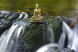 Buddha Figur am Wasserfall