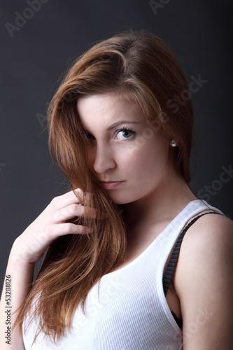 Unschuldig oder schüchtern schauende junge Frau