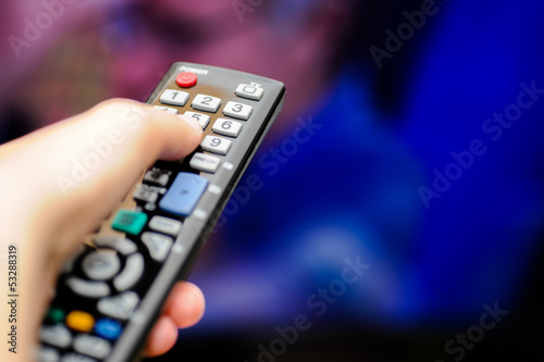Mano col telecomando tv