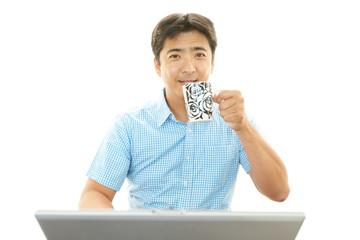 コーヒーを飲む笑顔の男性
