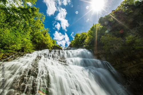 chute d'eau au soleil