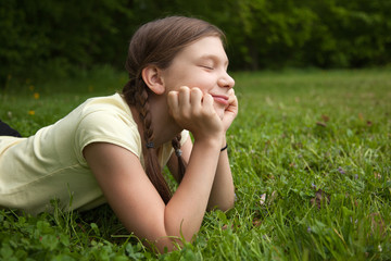 Mädchen träumt in der Natur