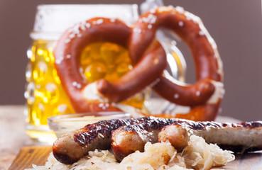 Bratwürstchen mit Sauerkraut
